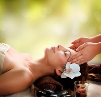 Masáž tváre, krku, dekoltu a mikromasáž očného okolia